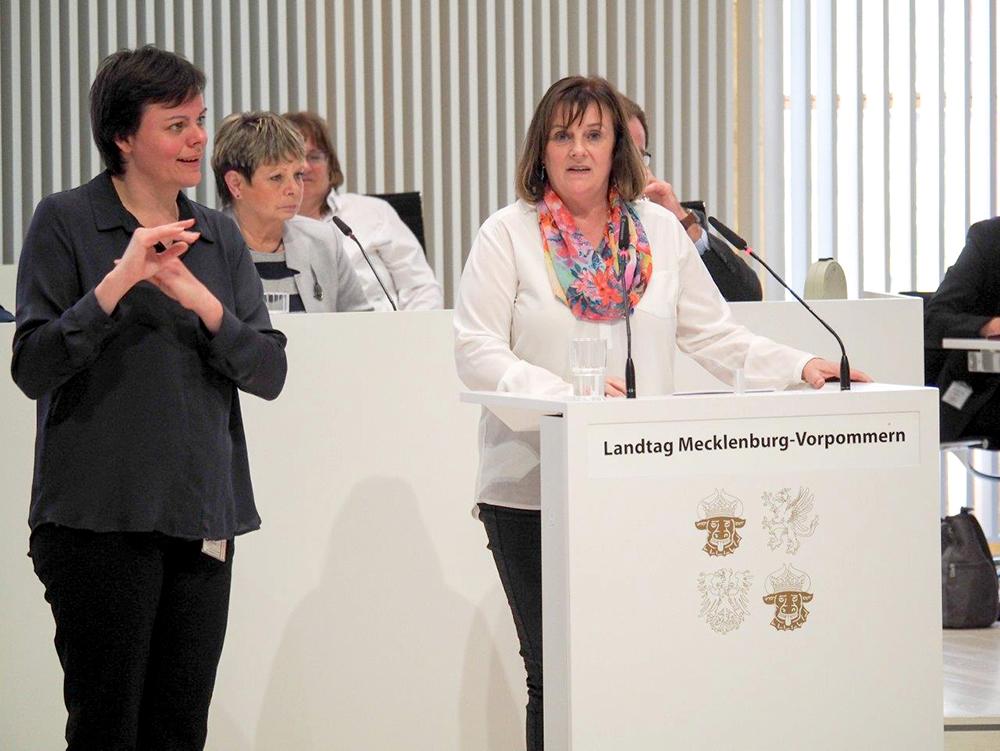 Gebärdendolmetscher bei Landtagssitzung M-V