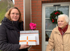 Catharina Haenning, Vorsitzende des CDU-Gemeindeverbandes Lewitzrand, übergab Urkunde und Ehrenmedaille zum 70-jährigen Jubiläum als CDU-Mitglied an Maria Kohl (v.l.n.r.). (Foto: Helga Karp)